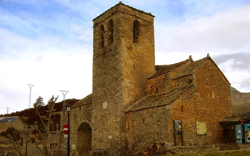 L'église de San Martín de Tella au coucher de soleil