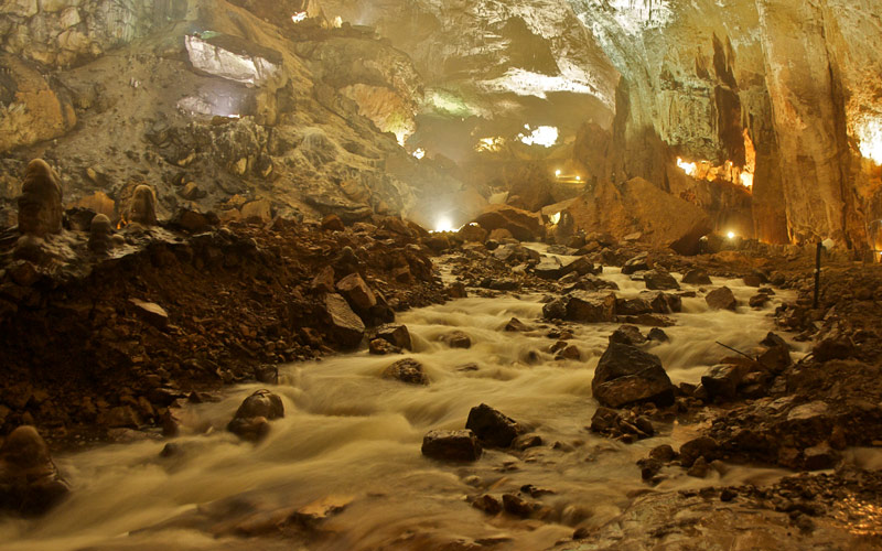 Rivière à l'intérieur de la grotte de Valporquero