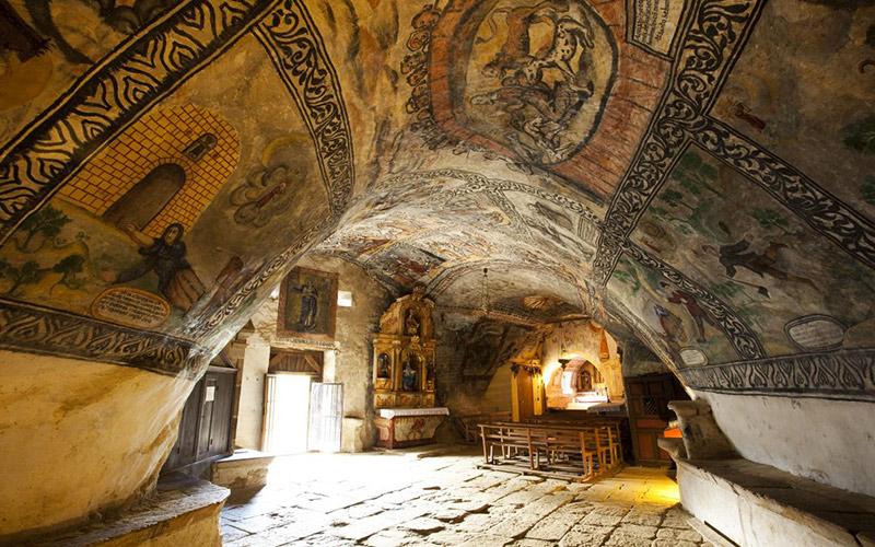 Peintures murales dans l'église San Bernabé