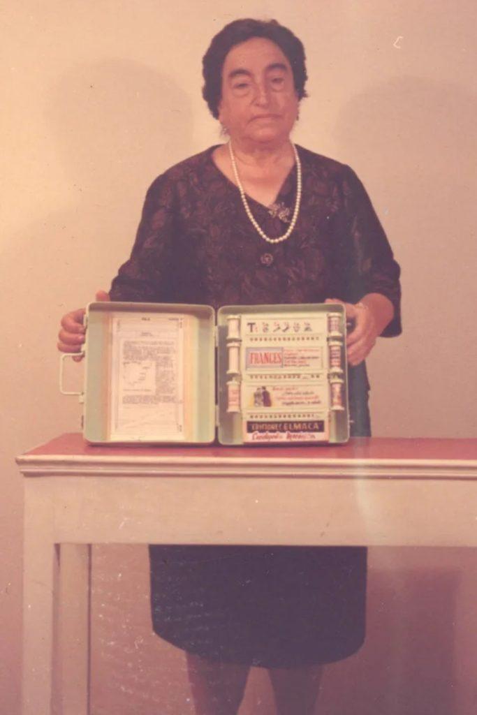 L'inventrice pose avec son Enciclopedia Mecánica à un moment donné en 1965