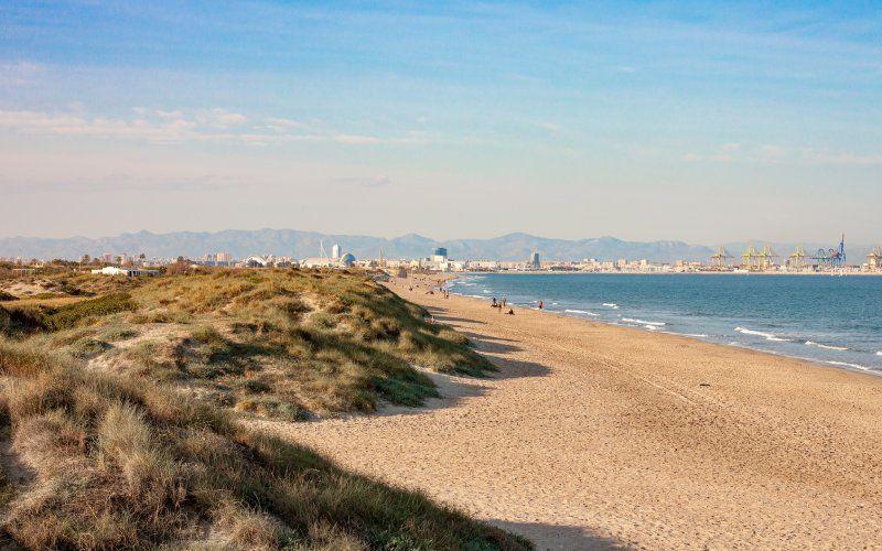 Plage El Saler avec Valence et son port en arrière-plan