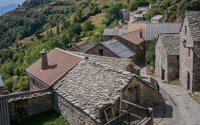 Maisons traditionnelles en pierre à Tella