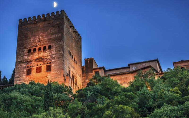 Vue d'une des tours de l'Alhambra dès la rue du Darro