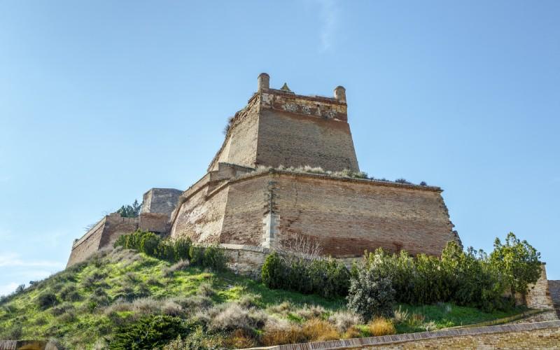Bastion frontal du Château de Monzón depuis la rampe