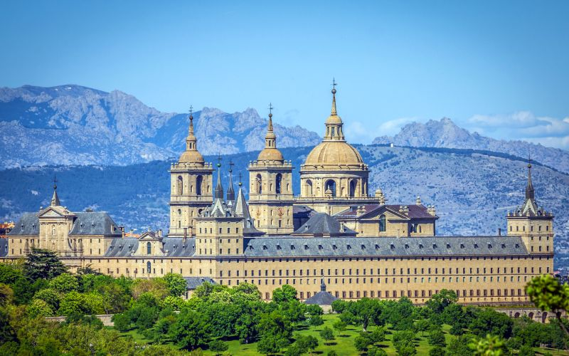 El Escorial et les montagnes au fond