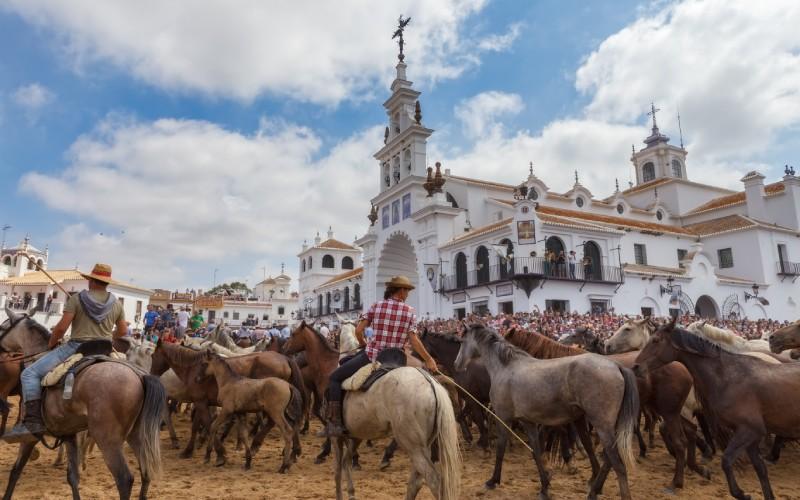 L'événement andalou Saca de la Yegua dans le village d'El Rocío