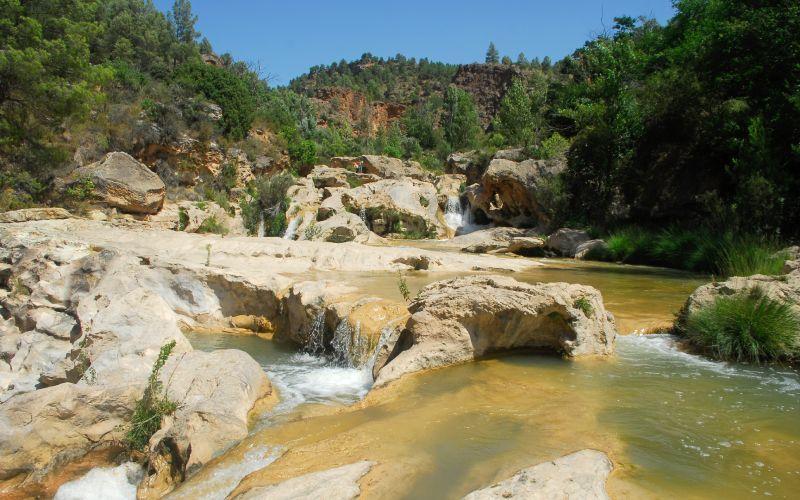 Piscines naturelles formées par les chutes d'eau d'Enguídanos