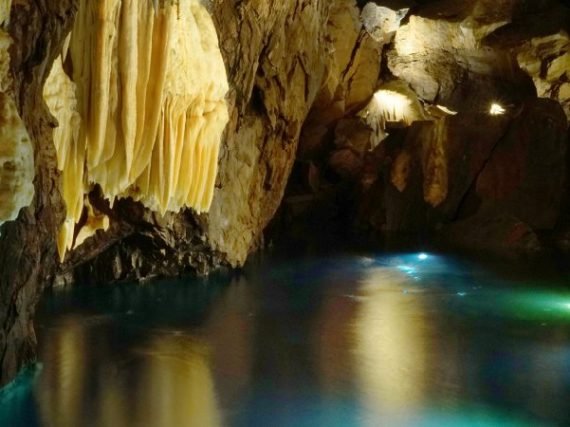 La Grotte des Merveilles, un site plein de lacs souterrains sous un château andalou