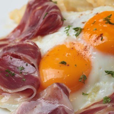 Œufs cassés au jambon, le plat incontournable des bars de Madrid