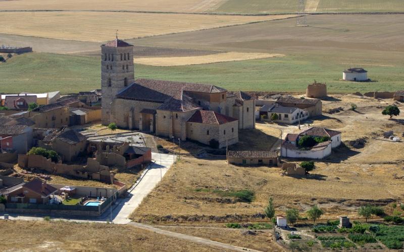 Église de Toremormojón avec sa tour romane stylisée et sobre