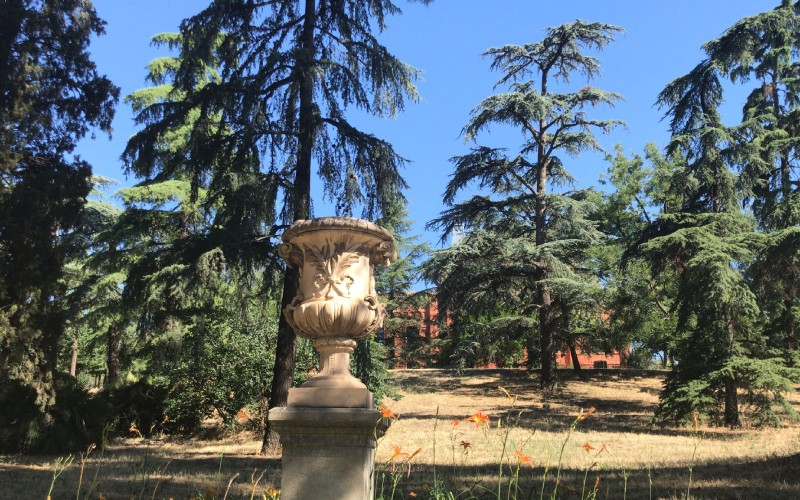 Vase ornemental sur le chemin de la montée au palais