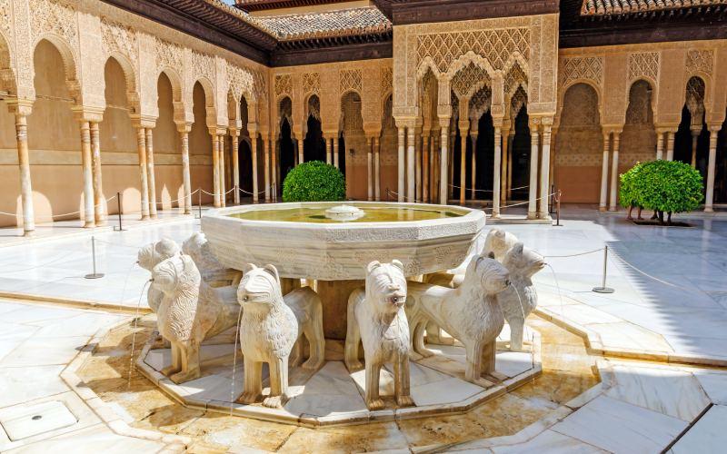 La fontaine des Lions dans l'Alhambra de Grenade.