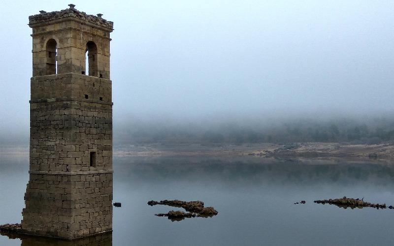 Le clocher de l'église de La Muedra, l'un des villages engloutis