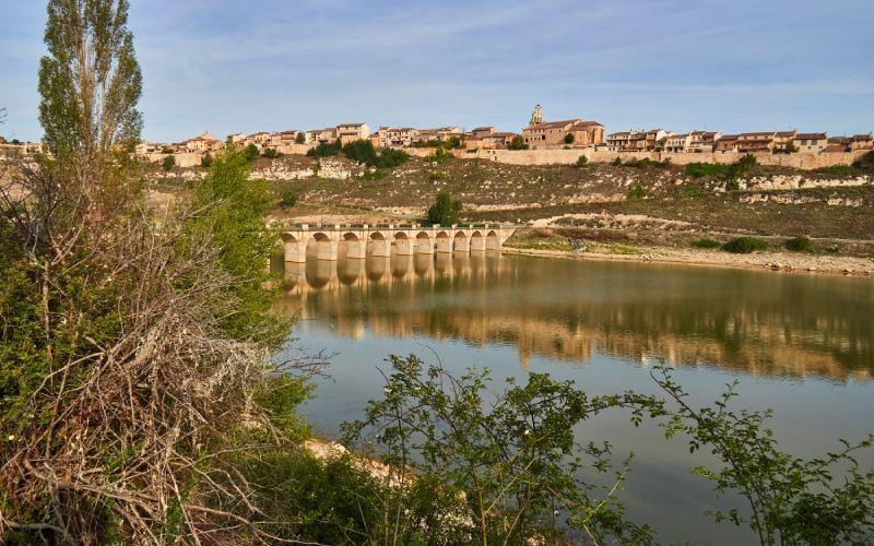 Le village de Maderuelo vu de l'autre côté de la rivière