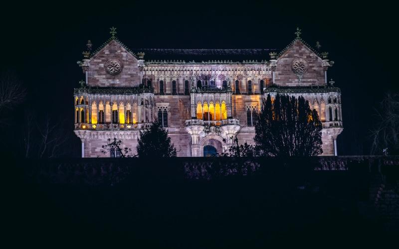 Vue nocturne du Palais de Sobrellano