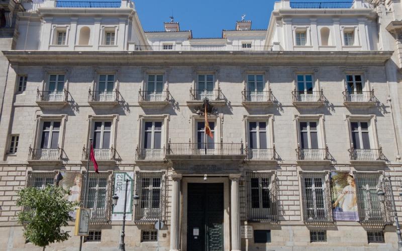 Académie des beaux-arts de San Fernando, dont la façade a été adaptée au style néoclassique du XVIIIe siècle