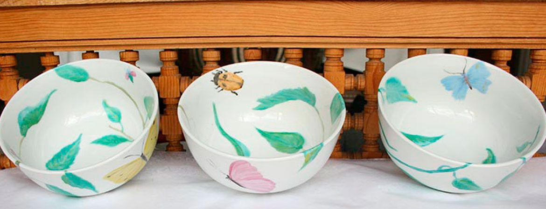 Telas y platos pintados a mano