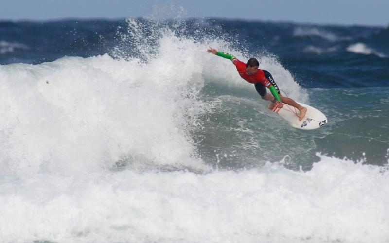 Un surfeur sur la plage de Pantín en Galice