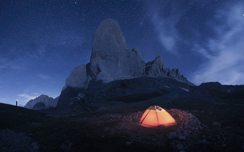Une tente dans les Pics d'Europe sous le ciel étoilé