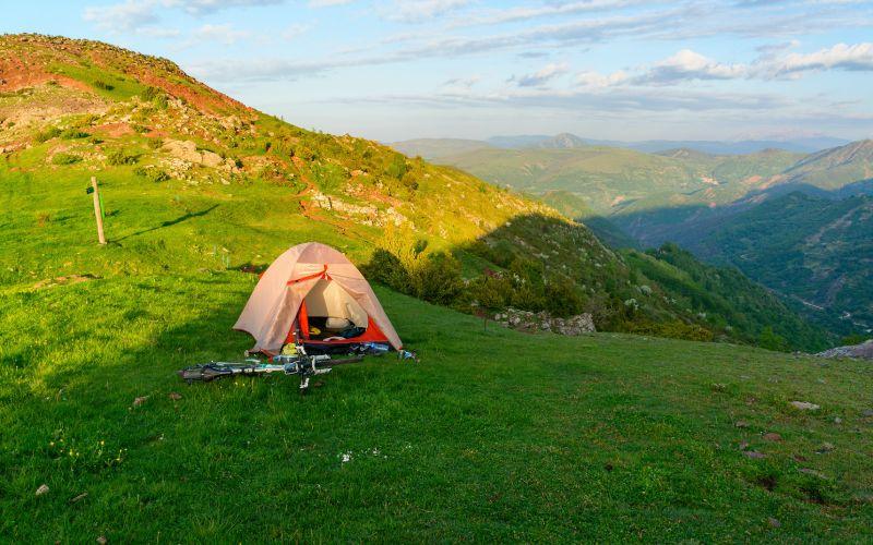 Une tente dans les hauteurs des Pyrénées