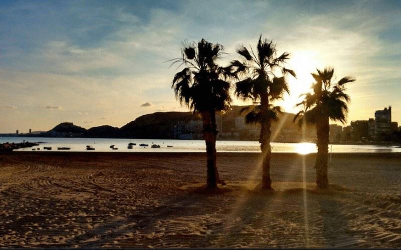 Coucher de soleil sur la plage de l'Almadraba à Alicante