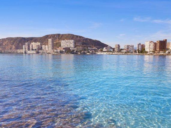 Plage de l'Almadraba à Alicante