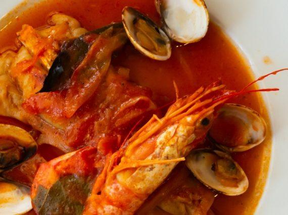 Médaillons de lotte en sauce avec des palourdes et des crevettes