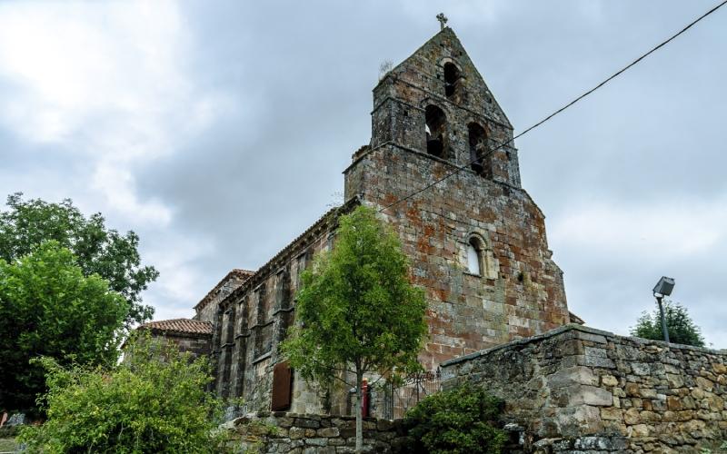 Église de San Cebrián de Mudá avec son clocher-mur roman qui domine la vue du village