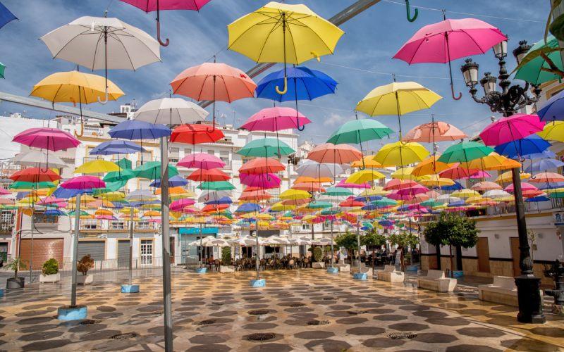 Les parapluies de Torrox sur la Place de la Constitution