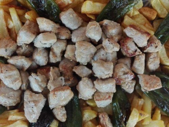 Raxo avec frites et poivrons de Padrón, la simplicité galicienne dans sa plus pure expression