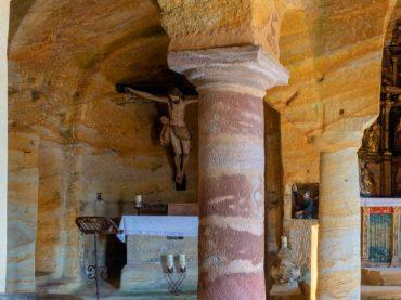 Une église de couleurs creusée dans la roche, l'église des Saints Justo et Pastor de Olleros