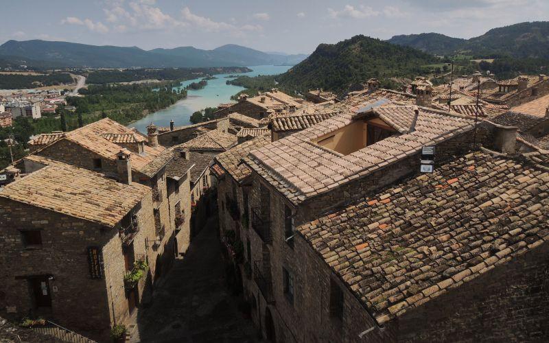 Vision des toits d'Aínsa et de la rivière en arrière-plan