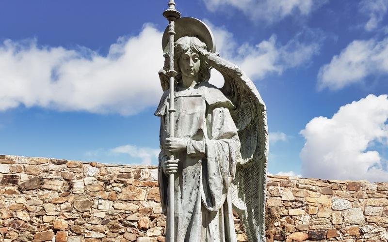 L'un des trois anges qui se trouvent à côté du palais