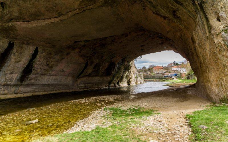 A l'intérieur de l'arche de Puentedey