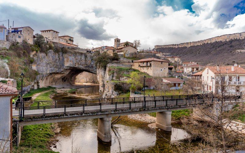 Puentedey et la route traversant la rivière Nela