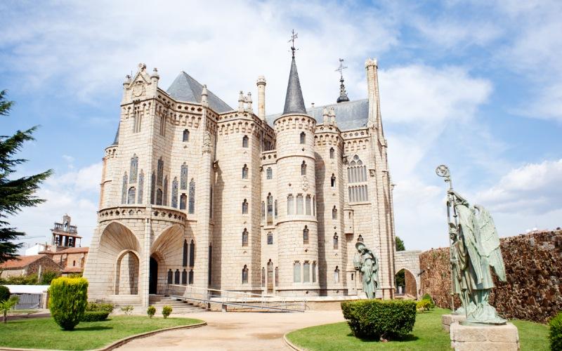 Le palais épiscopal d'Astorga semble tout droit sorti d'un conte de fées médiéval