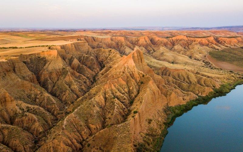 Ces formations rappellent le Grand Canyon du Colorado en raison de leur couleur rougeâtre