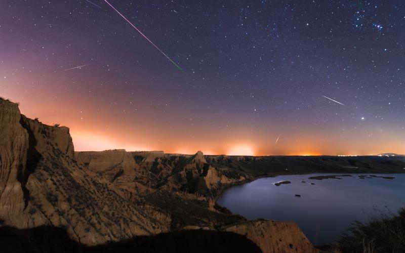 Des étoiles filantes au-dessus des ravins et du réservoir