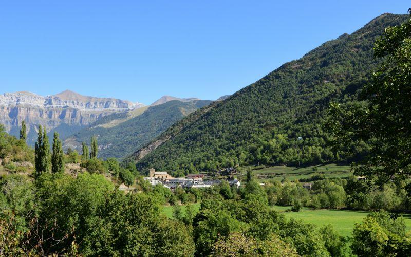Image de Broto émergeant des montagnes