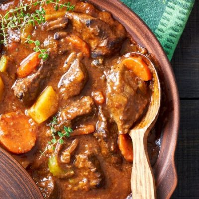 Ragoût d'agneau traditionnel, un plat rural pour les fêtes