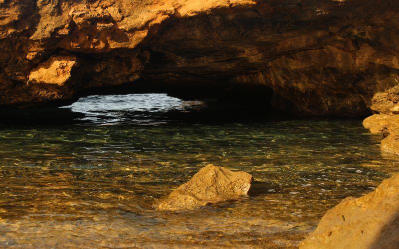 Entrée d'une grotte sur la plage de Binimel·là