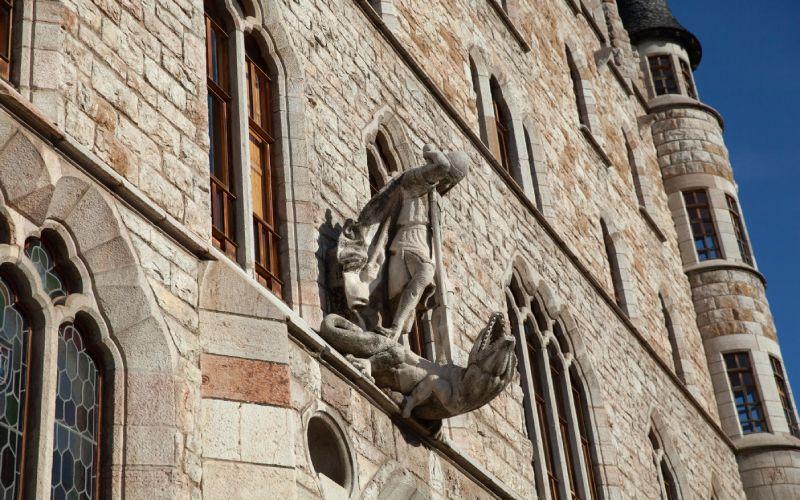 Statue de Saint-Georges au-dessus de l'entrée de la Maison Botines