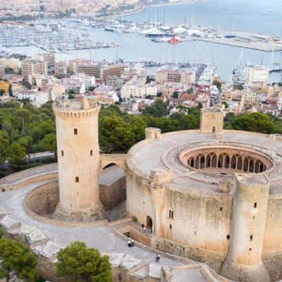 Le château de Bellver, cette étrange forteresse circulaire au bord de la mer Méditerranée.