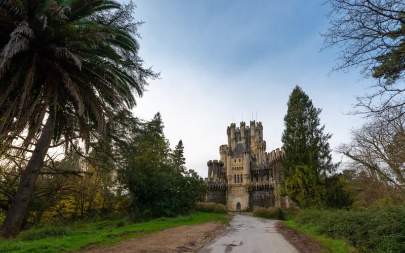 Entrée du château de Butrón avec des palmiers