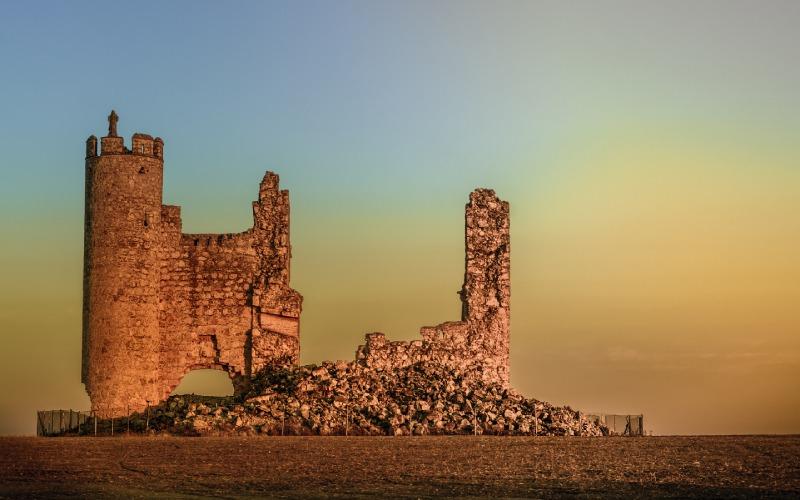 Coucher de soleil sur les ruines du château de Rivadeneyra