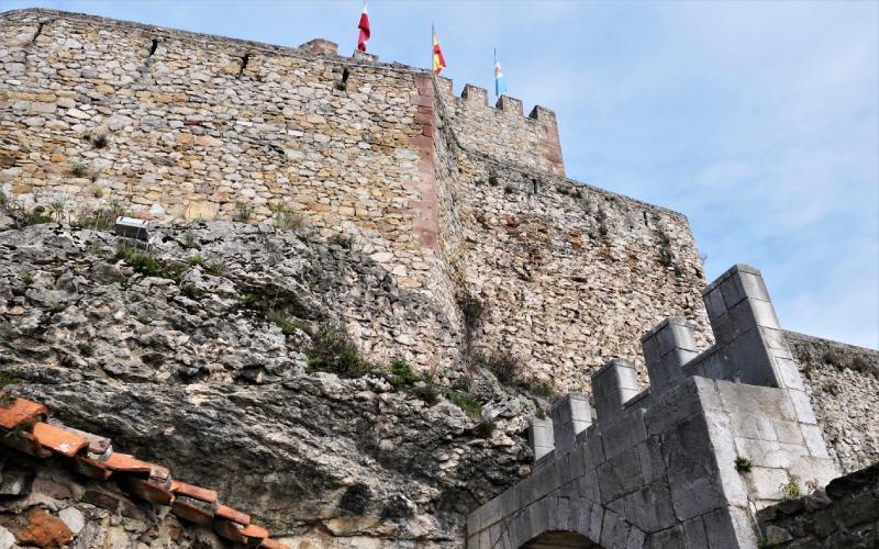 Château du Roi sur une colline rocheuse