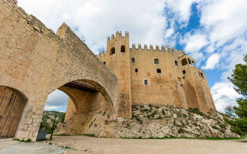 Entrée et arcs d'accès entre des zones du château de Vélez-Blanco