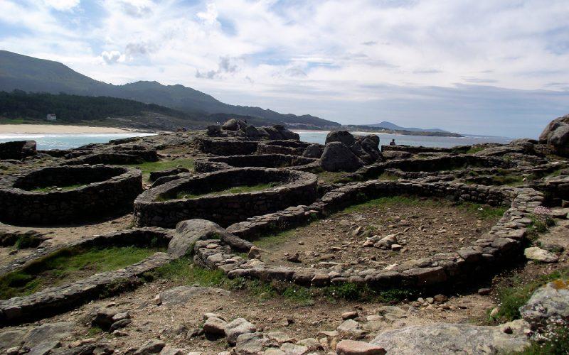 Restes de constructions dans le castro de Baroña