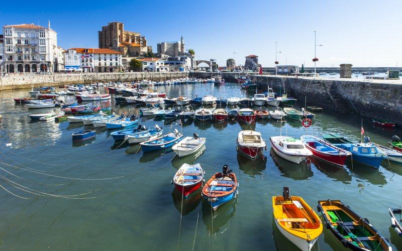 Vue sur le port de Castro Urdiales