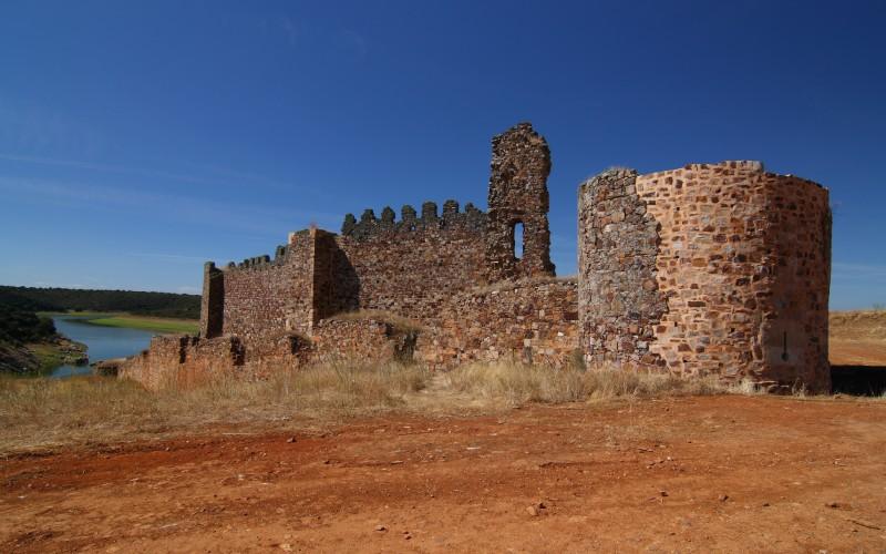 Le château de Castrotorafe avec la rivière Esla comme témoin